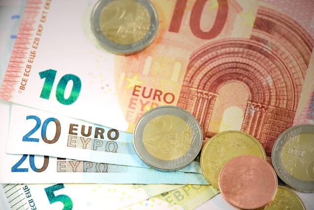 Jak sprawdzić czy ktoś wziął kredyt na mnie oraz zdjęcie z monetami euro